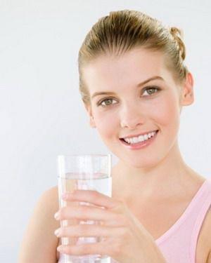 vừa ăn vừa uống nước