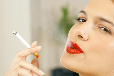 phụ nữ hút thuốc
